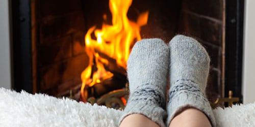 греться у огня