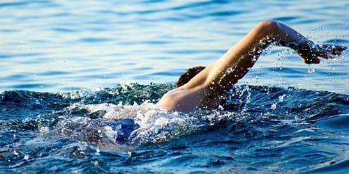 переплыть реку вплавь