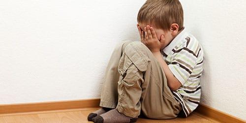 мальчик плачет