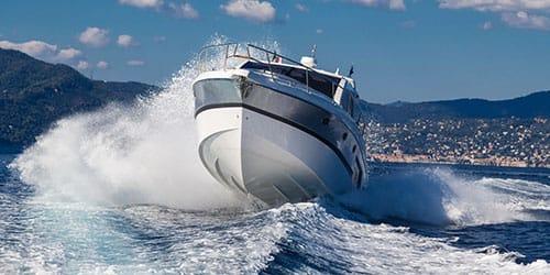 мчаться на катере по морю