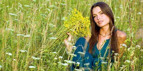срывать цветы на поле