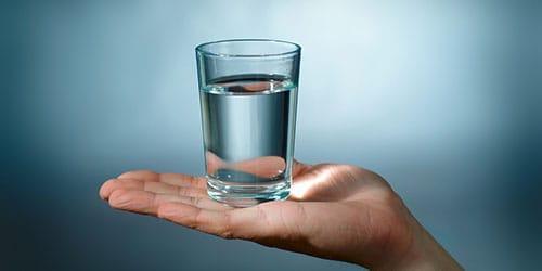 просить стакан воды