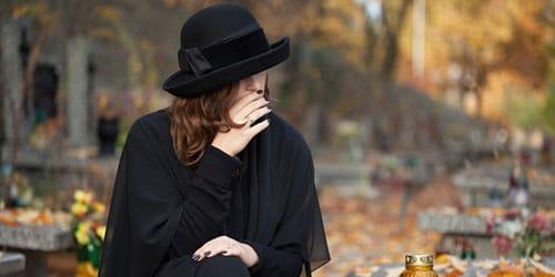 плакать на похоронах
