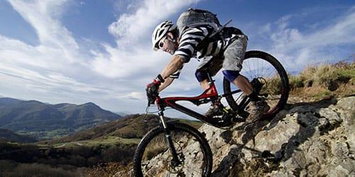 ехать вниз на велосипеде
