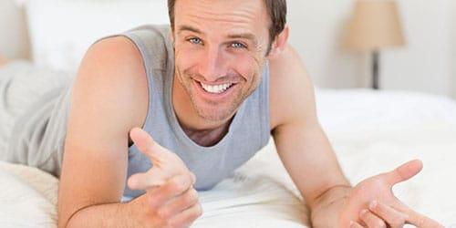 мужчина на постели
