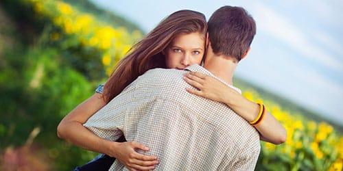 обнимать парня