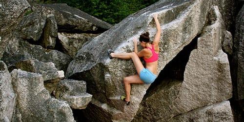 взбираться вверх по скале