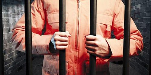 мужчина в арестантской робе