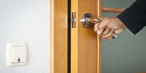 захлопнуть дверь