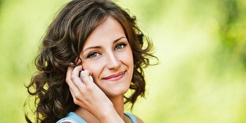 разговаривать по мобильному