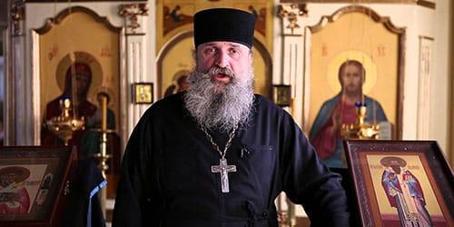 священник в церкви