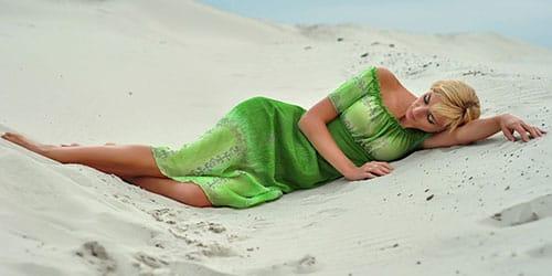 лежать на песке
