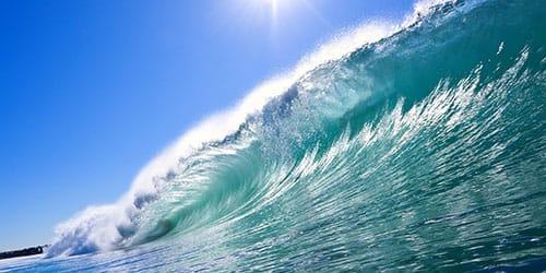 море бушует