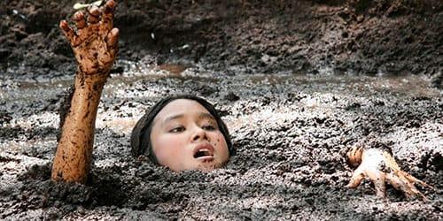 девушка увязла в болоте