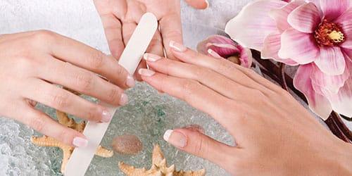 ухаживать за ногтями