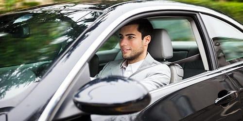 парень за рулем