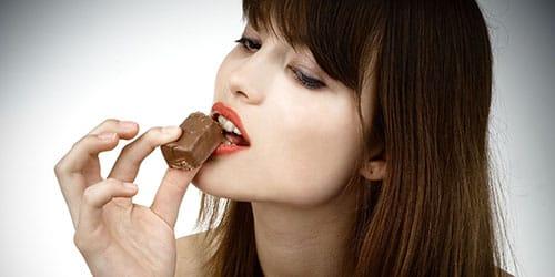 девушка ест конфету