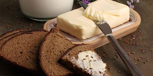 есть темный хлеб с маслом