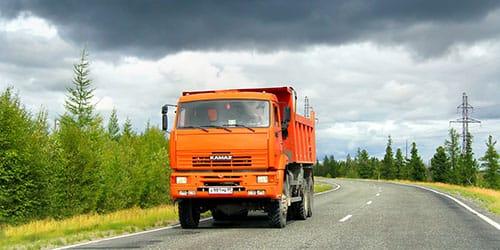 грузовик едет