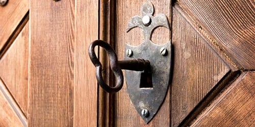запирать двери