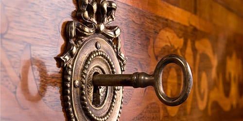 открыть замок ключом