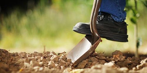 работать лопатой