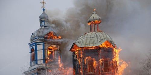 горит церковь