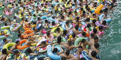 толпа людей в море