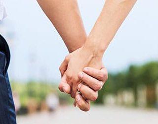 Мужчина держит за руку