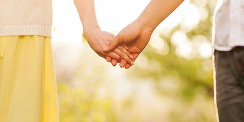 держать за руку женщину