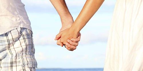 идти за руку с возлюбленным