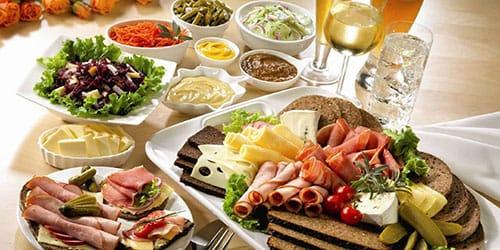 к чему снится накрытый стол с едой