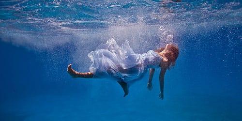 падать в воду во сне