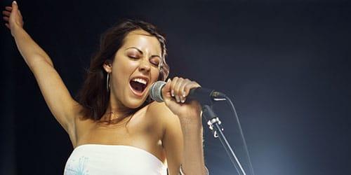 петь на сцене
