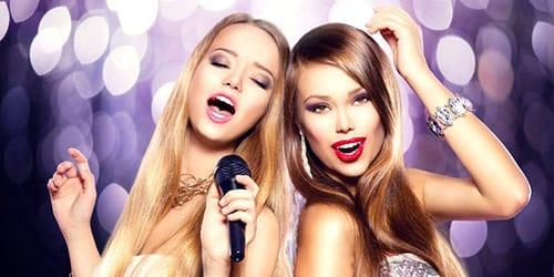 девушки поют