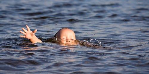 ребенок тонет в воде во сне