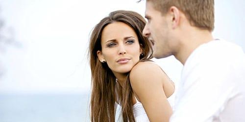 девушка смотрит на парня
