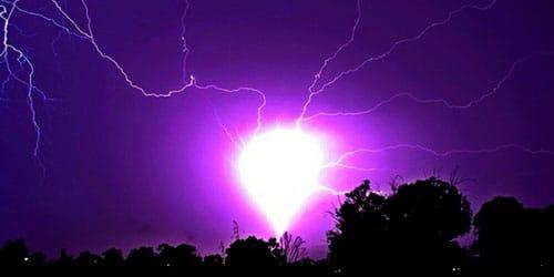 молния в небе