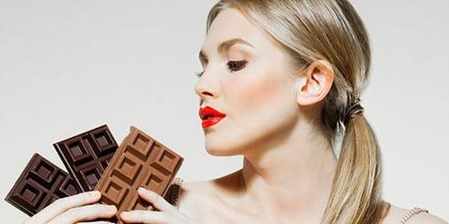 девушка держит шоколад