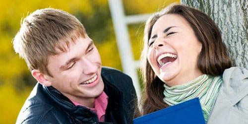 смеяться с другом