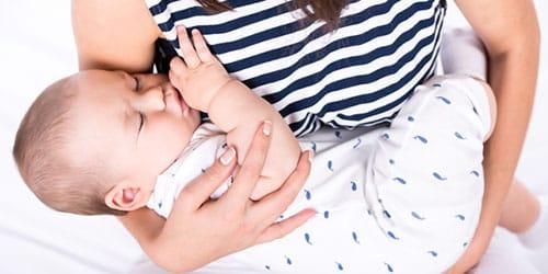 малышка спит на руках