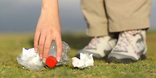 собирать мусор руками