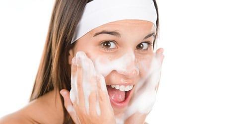 умывать лицо мылом
