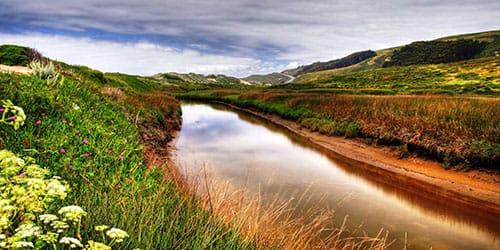 грязная река