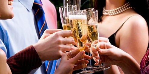 пить шампанское