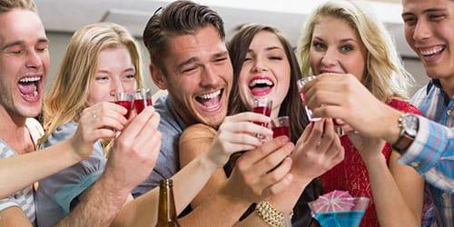 пить спиртное с друзьями