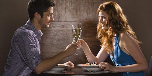 девушка с парнем выпивают