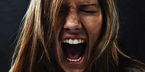 Девушка кричит от страха
