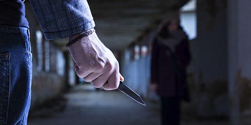 Угрожать ножом девушке
