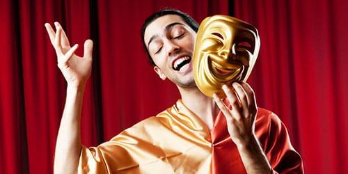 актер на сцене